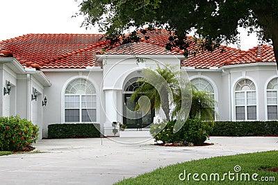 Nuova casa lussuosa in tropici fotografie stock immagine for Casa lussuosa
