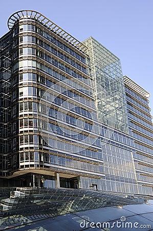 Nuove costruzioni con cielo blu nella priorità bassa