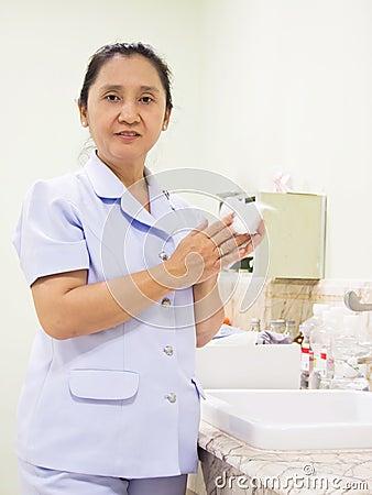 Nurse rub the hands dry