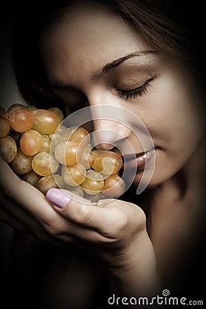 Nutrición sana - mujer con las uvas frescas