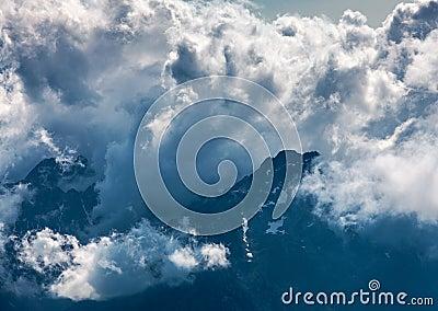 Nuvens sobre os picos de montanhas