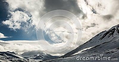Nuvole che si rivoltano le montagne in Artide stock footage