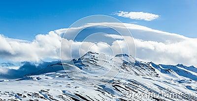Nuvole che si rivoltano le montagne in Artide video d archivio