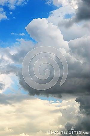 Nuvole temporalesche sul tramonto