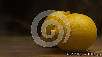 Nya citroner på en svart bakgrund som blåser från friskhet och fräckhet, avdunstning, närbilden, ultrarapid, kopia stock video