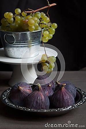 Nya gröna druvor och fikonträd