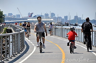 NYC:  Bicyclists on Hudson River Bike Path Editorial Image