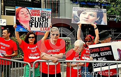 NYC: Demonstranter protesterar den borgmästar- kandidaten Christine Quinn Redaktionell Bild