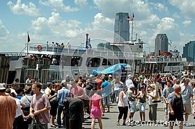 NYC: Massen im Batterie-Park Redaktionelles Foto