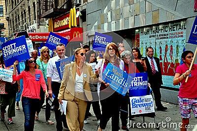 NYC: Mujer Gale Brewer Campaigning del consejo Imagen de archivo editorial