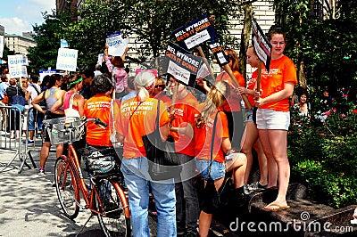 NYC: Se ofrece voluntariamente hacer campaña para el candidato Democratic Foto editorial