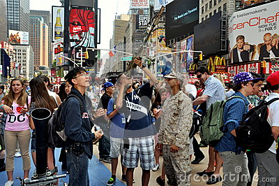 NYC: Soldier with Tourists in Times Square Editorial Photography