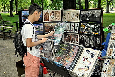 NYC: Tourist with Vendor s Photos in Central Park Editorial Stock Photo