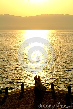 Nyligen gift par på stranden