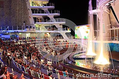 Oásis a bordo do teatro do Aqua dos mares Imagem Editorial