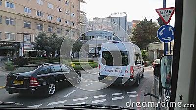 O ônibus de turista está conduzindo em ruas de Gibraltar Negociações do guia turística sobre objetos sightseeing video estoque
