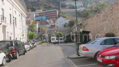 O ônibus de turista está conduzindo em ruas de Gibraltar Negociações do guia turística sobre objetos sightseeing filme
