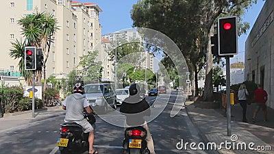 O ônibus de turista está conduzindo em ruas de Gibraltar Negociações do guia turística sobre objetos sightseeing Vista através da video estoque