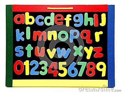 O alfabeto rotula a placa de giz