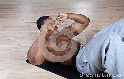 O americano que africano fazer se senta levanta e tritura