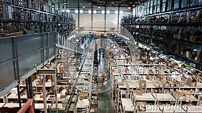 O armazém multinível com caixas de cartão arranjou nas cremalheiras, produção farmacêutica