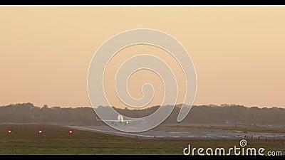 O avião decola durante o por do sol filme