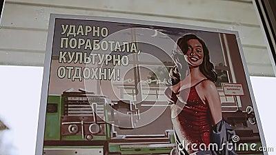 O cargo soviético velho da propaganda era fixo na janela Panorama vídeos de arquivo