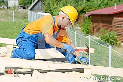 O carpinteiro trabalha no telhado
