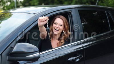 O carro da terra arrendada do excitador da mulher fecha a condução de seu carro novo video estoque