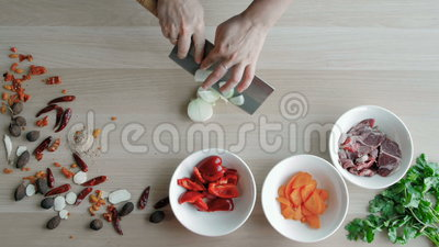 O chefe entrega as cebolas do corte, fazendo a salada Vegetais principais do corte da vista superior Estilo de vida saudável, ali vídeos de arquivo