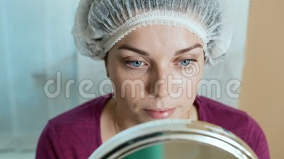 O cliente do salão de beleza olha a lupa do inti vídeos de arquivo