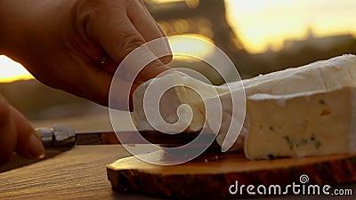 O close-up da mão toma um camembert do queijo vídeos de arquivo