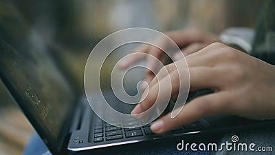 O close up da mulher entrega a datilografia no portátil fora vídeos de arquivo
