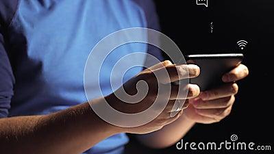O close up do homem novo entrega os sms de datilografia que enrolam o telefone das imagens vídeos de arquivo