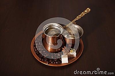 O cobre ajustou-se fazendo o café turco com especiarias