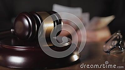 O conceito de suborno em tribunal Fechamento do martelo do juiz na sala de audiência Contra a mão do juiz, contando um video estoque