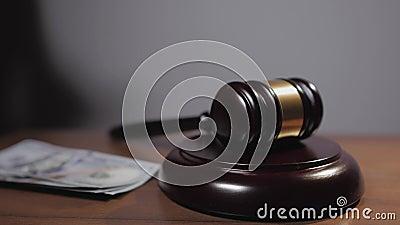 O conceito de suborno em tribunal Uma aproximação do martelo do juiz no tribunal Ao lado do martelo, as mãos de um homem filme