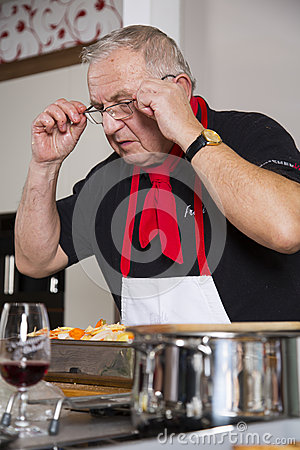 O cozinheiro chefe verifica a receita