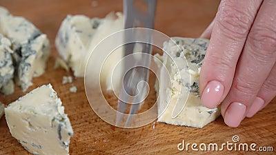 O cozinheiro corta o queijo azul video estoque