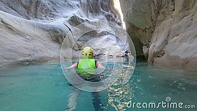 O curso extremo, feriado ativo do estilo de vida da mulher em circunstâncias extremas está nadando no vestuário de proteção entre video estoque