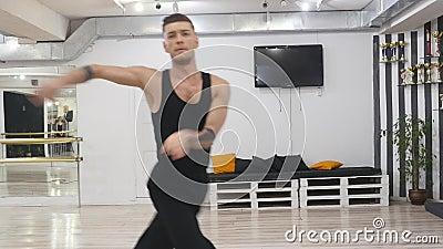 O dançarino profissional ensaia Está no salão para ensaios Ensaia o contemporâneo da dança contemporary Ele filme