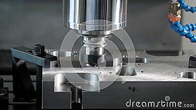 O detalhe é fixo em uma plataforma movente da máquina de corte automática em uma loja da fábrica, close-up do processo video estoque