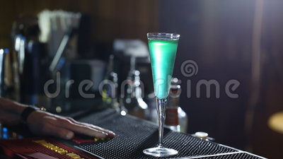 O empregado de bar prepara o clube alcoólico do cocktail filme