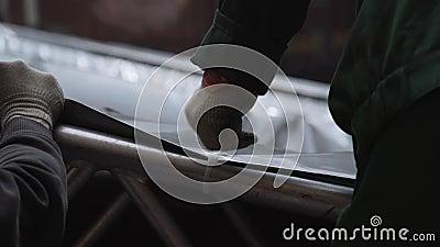 O encerado cinzento está obtendo conectado à estrutura de alumínio com os pinos plásticos filme