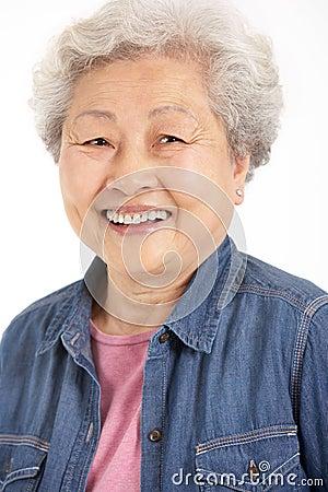 O estúdio disparou da mulher sênior chinesa