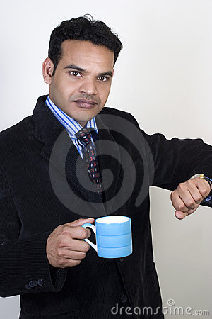 O executivo indiano forçado toma uma ruptura de café