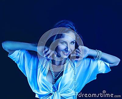 O frio tonifica o retrato da mulher caucasiano com sorriso toothy
