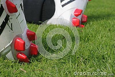 O futebol carreg a grama