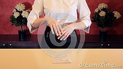 O gerente de hotel dá a chave à sala de hotel na recepção Close-up video estoque