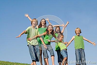 O grupo de miúdos arma-se levantado ou outstretched